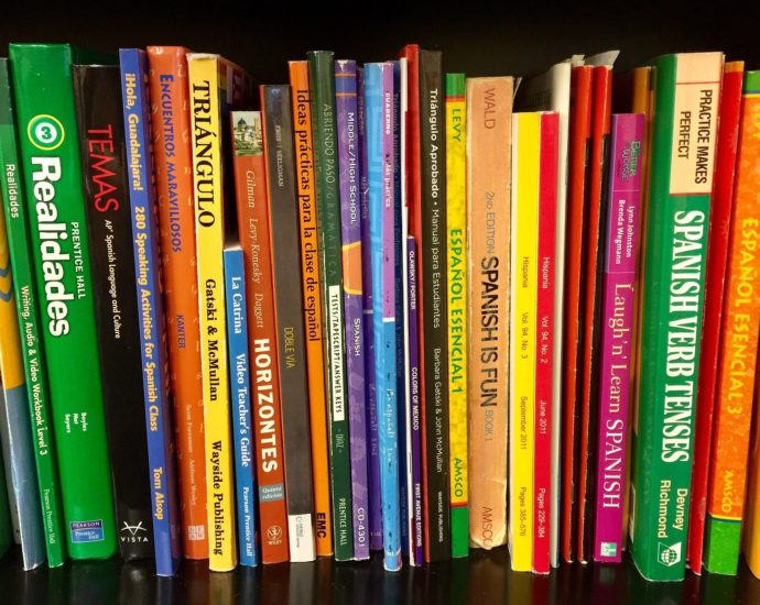 Spanish textbooks on a bookshelf