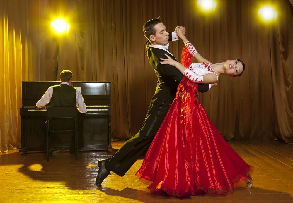 Couple dance the Viennese waltz